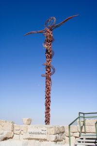 Sculpture du Serpent d'airain de Moïse en forme de caducée sur le mont Nébo